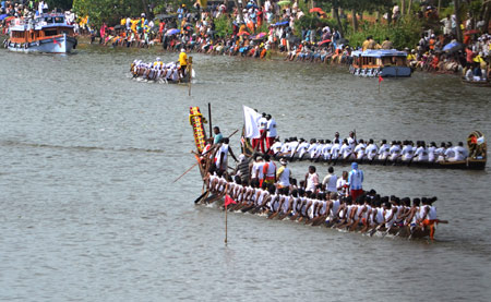 The Maharajas' Express : kumarakom boat race